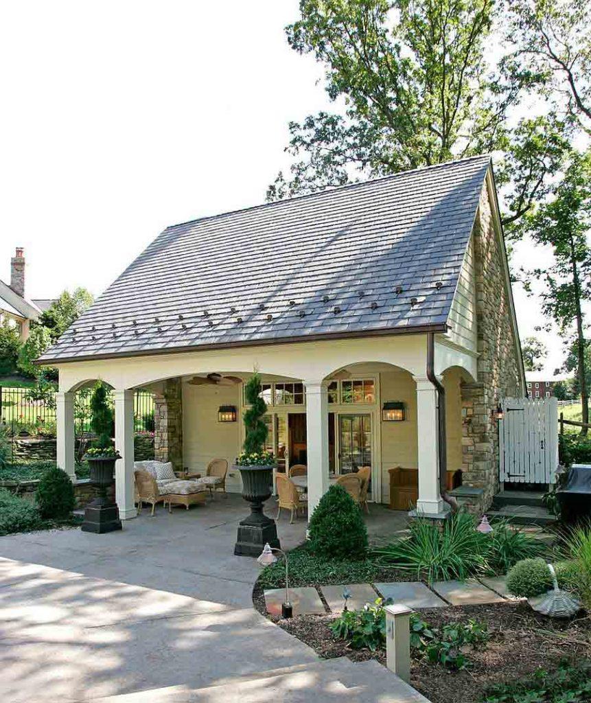 ساختمان کوچک در باغ