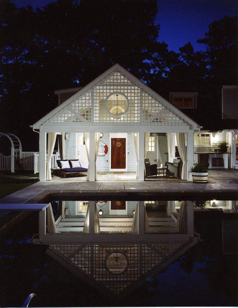 اتاقک استخر سفید در شب