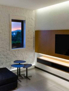 اتاق تلويزيون خانه لوکس با ديوار سفيد و پنجره