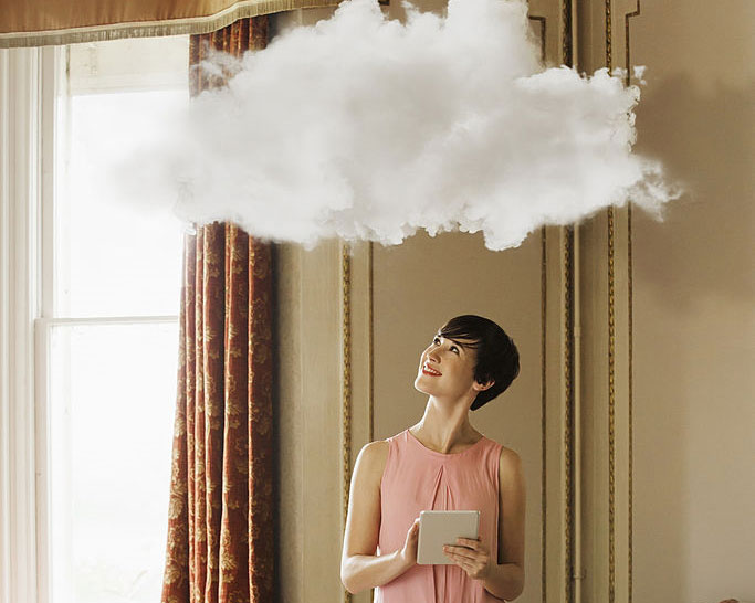دختری درحال کار با تبلت با ابری بالای سر در خانه های رويايی هوشمند