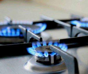شعله اجاق گاز روشن در حال مصرف انرژی
