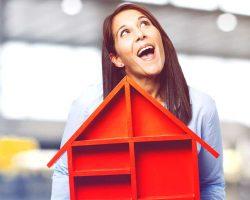 زنی با خانه رویایی به دست