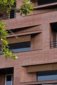 ساختمان با پنجره و درخت