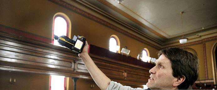 مردی در حال اندازه گيری توسط دستگاه تصوير برداری مادون قرمز در مميزی انرژی تفصيلی