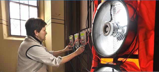 مردی در حال اندازه گيری مصرف انرژی توسط تجهيزات اندازه گيری در مميزی انرژی تفصيلی