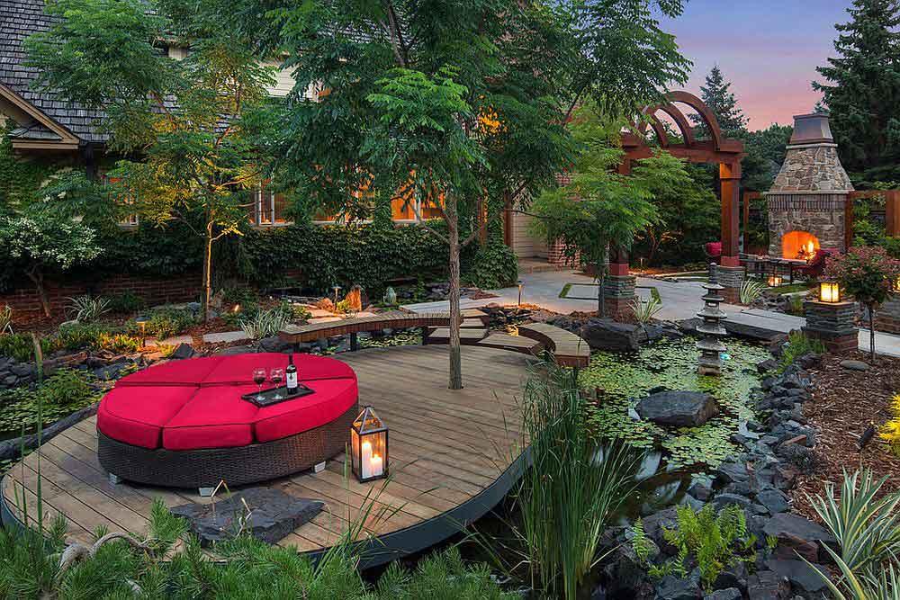 سکویی وسط حوض آب با درختان زیبا در باغ رویایی