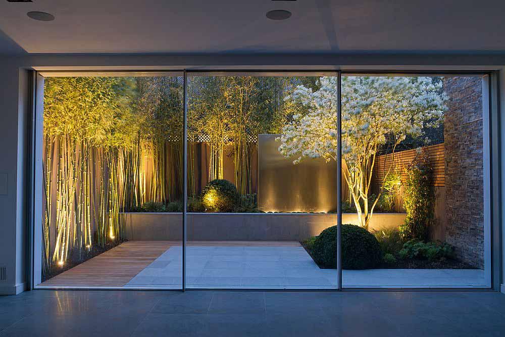 بامبو،گلهای سفید و آبنما که این باغ کوچک را به یک محیط تماشایی تبدیل می نماید