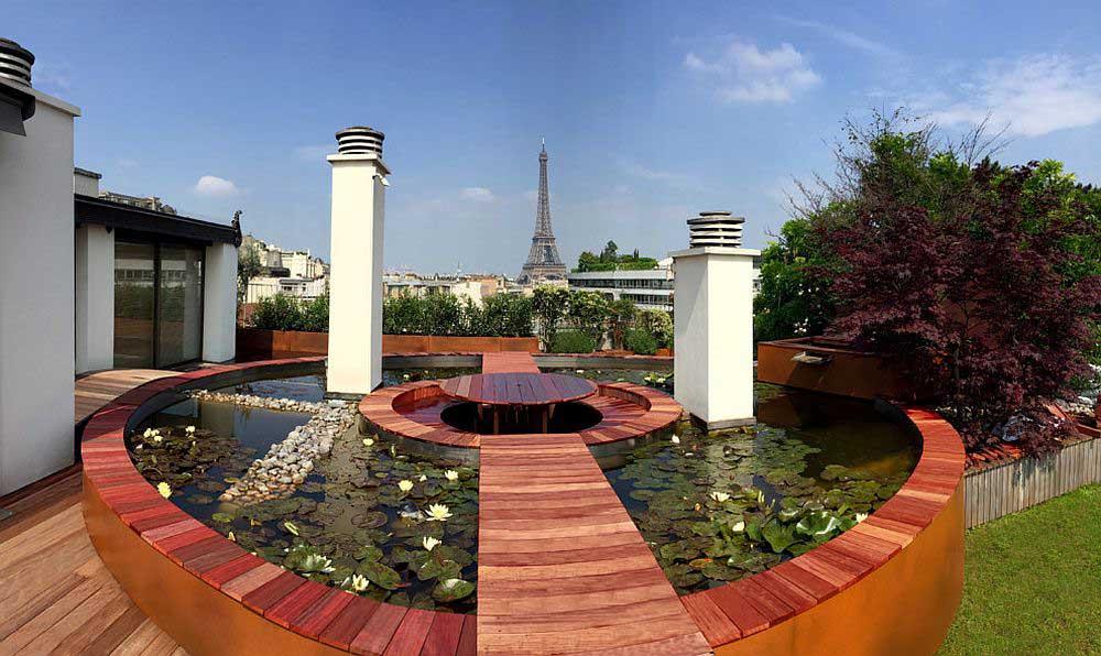 سکوی داخل استخر در پاریس با چشم انداز خیره کننده