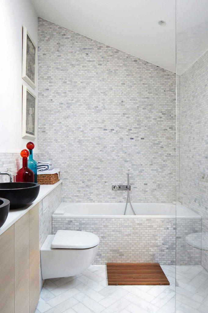 تصوير داخل حمام با دوش و وان به رنگ سفيد