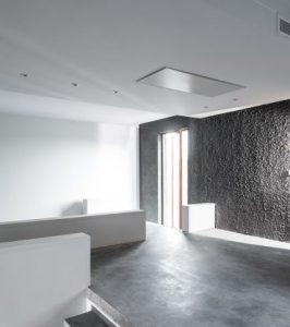 داخل خانه با ديوار خاکستري