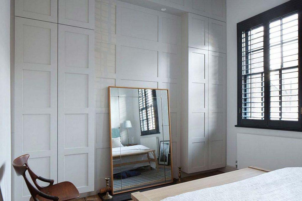 اتاق خواب ساده و ظريف در رنگ سفيد با طراحي داخلی مدرن و ساده