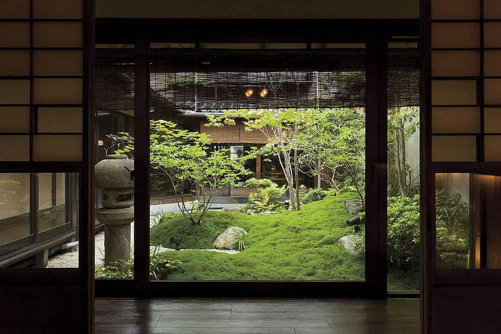 چشم انداز حیاط از داخل خانه