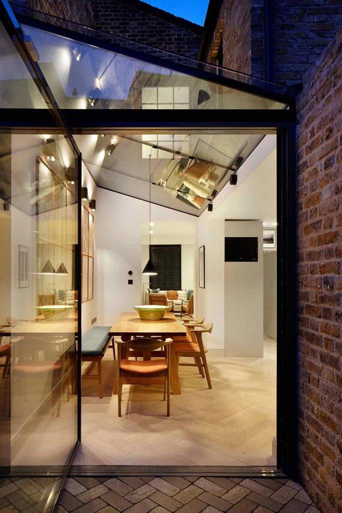 قاب فلزی نورگيرو درب حياط خلوت در طراحی داخلی مدرن