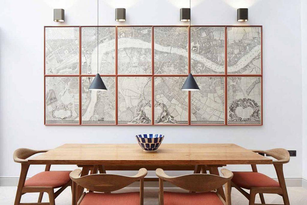نمای ناهار خوری با ميز و صندلی و قاب جذاب و چراغهای آويزان در طراحی داخلی مدرن