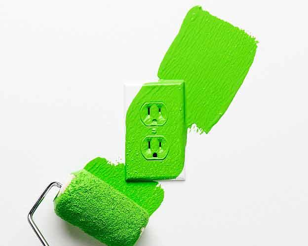 تصوير پريز برق در حال سبز شدن به نشانه کاهش مصرف انرژی