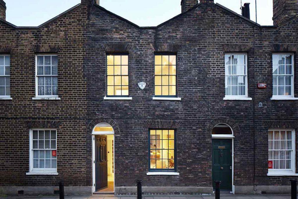 نمای خارجی خانه با طراحی داخلی مدرن با نورپردازی