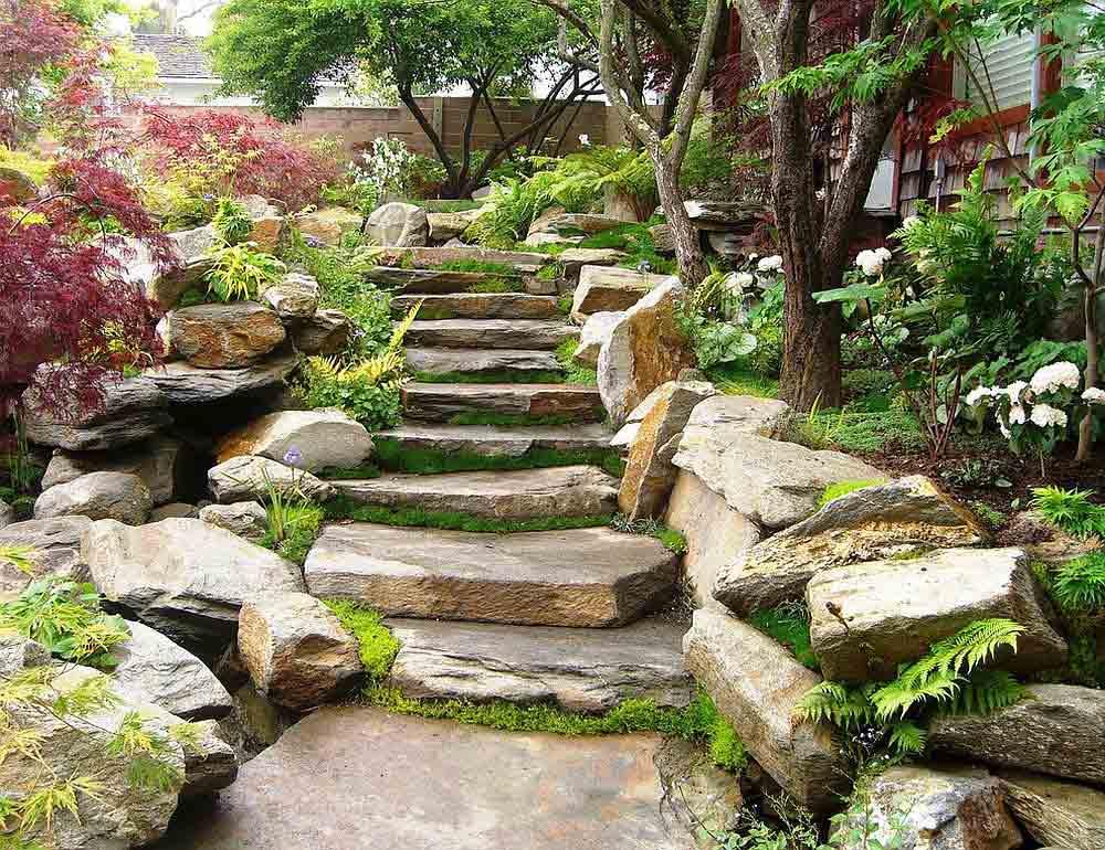 پلکان سنگی در باغ رویایی
