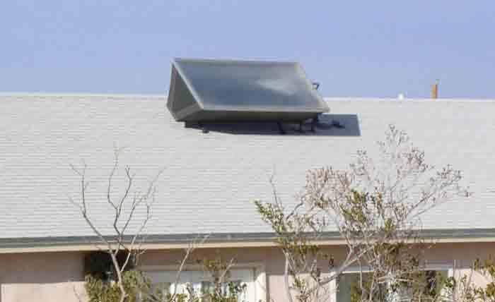 نمونه ای از آبگرمکن خورشيدی ساده بر روی سقف شيروانی