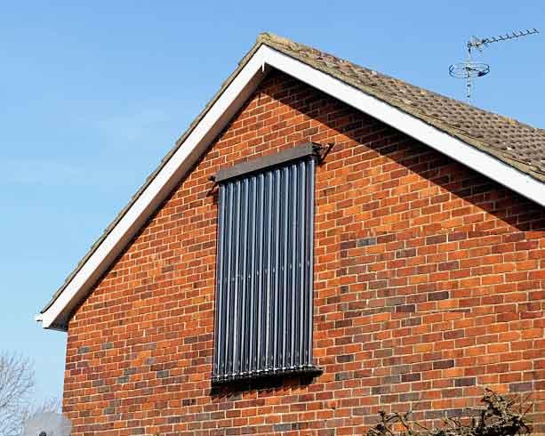 آبگرمکن خورشیدی لوله خلا برديوار يک خانه