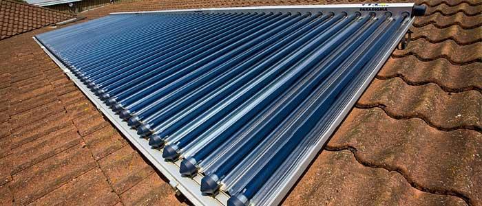 نصب کلکتورهای خورشیدی در پشت بام برام ایجاد آب گرم خورشیدی