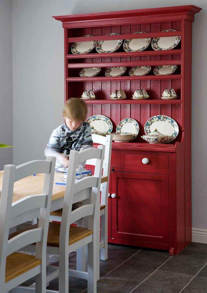 طراحی داخلی ناهار خوری با بوفه به رنگ قزمز روشن