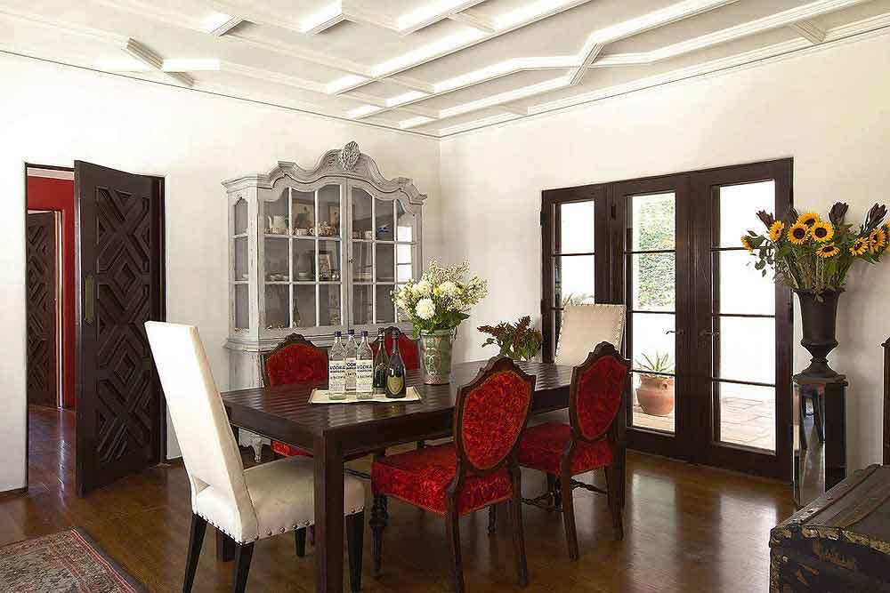 طراحی داخلی ناهارخوری با بوفه دوست داشتنی و صندلي های قرمز