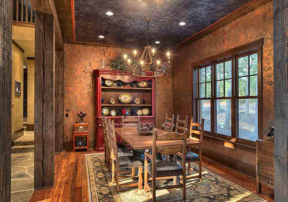 طراحی داخی ناهارخوری به سبک خانه روستايي با بوفه قرمزرنگ