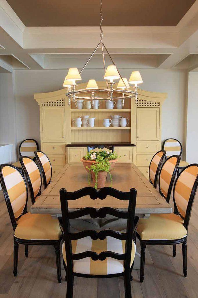 طراحی داخلی ناهارخوری به رنگ کرم هماهنگ با طراحي فضا