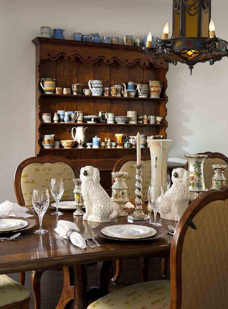 بوفه قهوه اي رنگ به سبک اسپانيايي در طراحی داخلی ناهارخوری