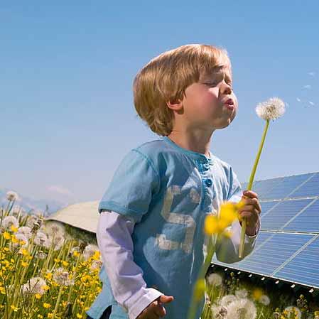 پسربچه در حال بازی در کنار سیستم های خورشیدی