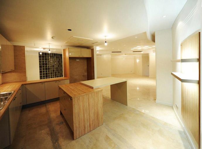 آشپزخانه ساختمان لوکس و کابينت ها و نورپردازي آن