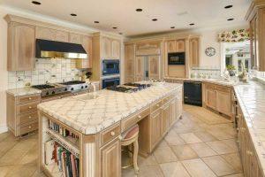 آشپزخانه و ديزاين بسيار لوکس آن