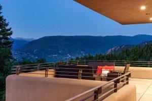 تراس بسيار زيبا و چشم انداز کوهستان