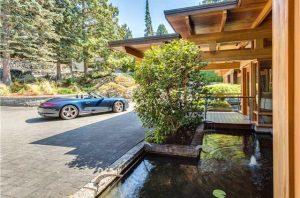 حوض و ماشين داخل حياط خانه لوکس