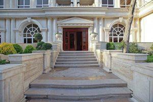 درب ورودي لابي از حياط ساختمان لوکس