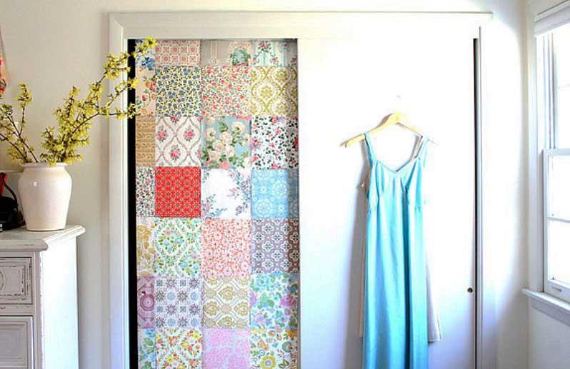 تزيين درب کمدديواری با کاغذ دیواری قابل برداشت