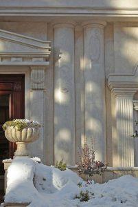 ستون سنگي جنب درب ورودي