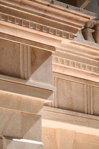 سرستون در نماي ساختمان لوکس