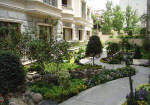 حياط ساختمان با فضاي سبز