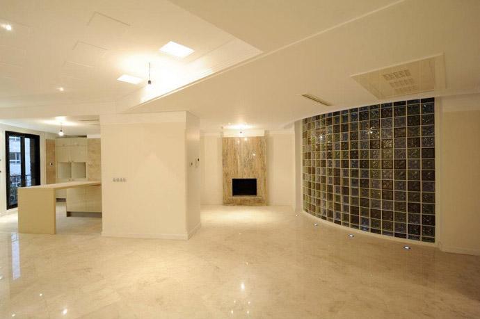 فضاي نشيمن و اشزخانه داخل آپارتمان لوکس