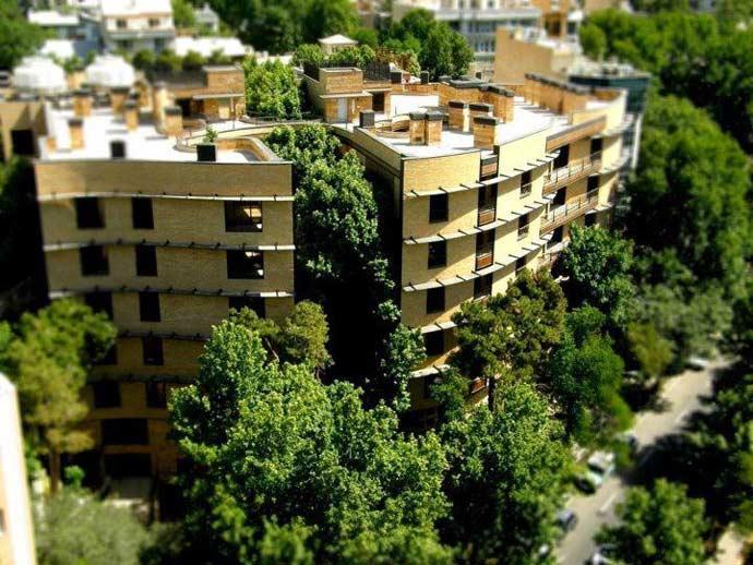 نماي ساختمان رویایی از دور با فضاي سبز اطراف