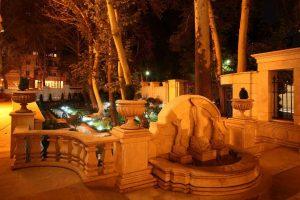 نورپردازي فضاي سبز و حوض در شب ساختمانهاي لوکس