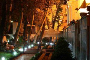نورپردازي فضاي سبز در شب ساختمان رويايي