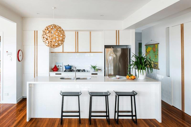 طراحي دکوراسیون آشپزخانه سفيد با جزئيات چوبي