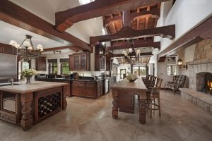آشپزخانه ای با کانتر سنگی و صندلی وجزيره در خانه لوکس گراهولم