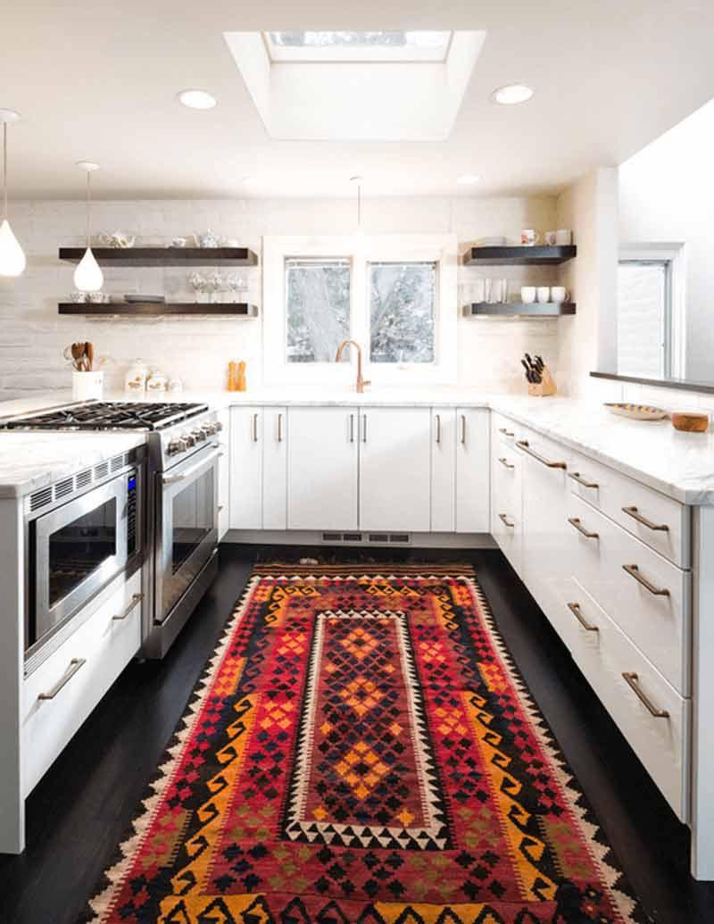 دکوراسیون آشپزخانه سفيد با فرش روشن