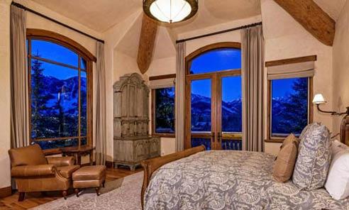 تخت دو نفره و مبل یک نفره راحتی در خانه لوکس