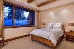 اتاق خواب با روتختی ساده و آباژورهای روی پاتختی در خانه لوکس