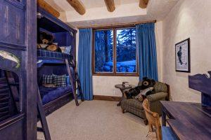 تخت خواب دو طبقه کودک و عروسک خرس در خانه لوکس