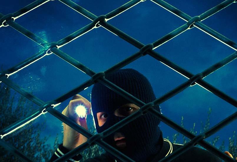 دزدي در پشت شيشه در حال ديد زدن داخل